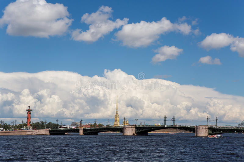Pałac most w St Petersburg na tle cumulus chmury, obraz stock