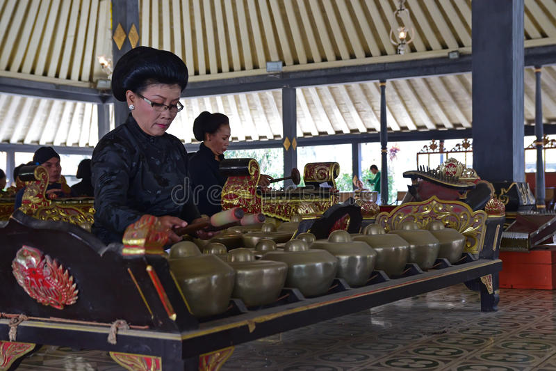 Pałac słudzy wykonuje tradycyjnych instrumenty muzycznych dzwonili Gamelan pod wielkim gazebo obraz royalty free