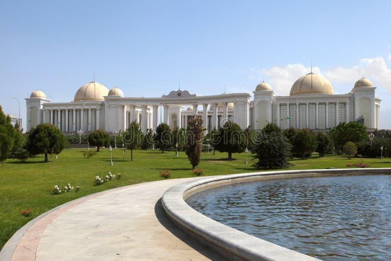 Pałac z kolumnami, kopułami i foutain w przodzie. Ashkhabad. fotografia royalty free