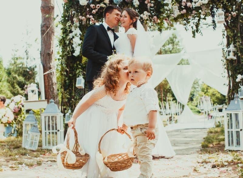 Państwa młodzi całowanie na ślubie zdjęcie royalty free