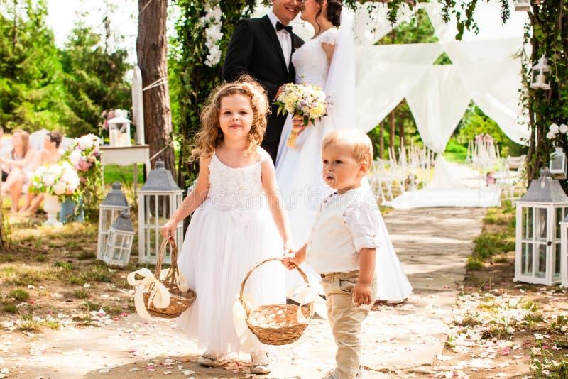 Państwa młodzi całowanie na ślubnej ceremonii zdjęcie royalty free