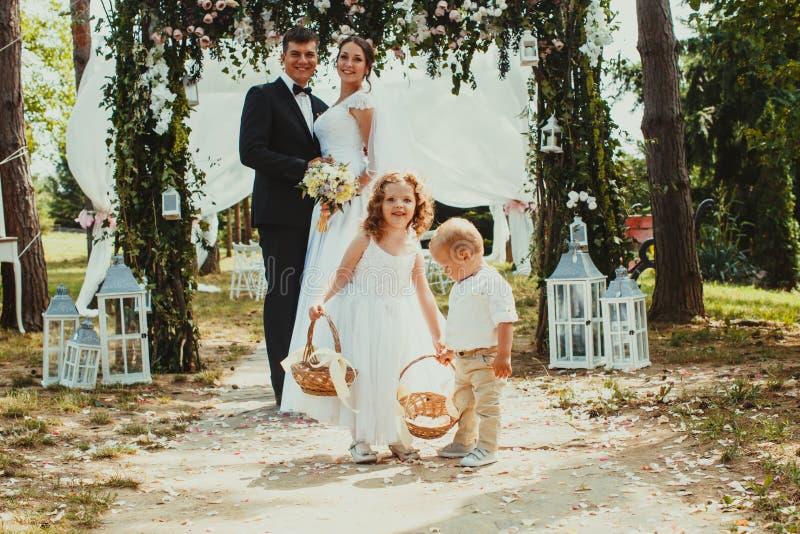 Państwa młodzi całowanie na ślubnej ceremonii obraz royalty free