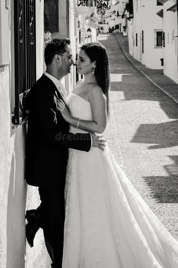 Państwa młodzi całowanie w ulicie zdjęcie royalty free