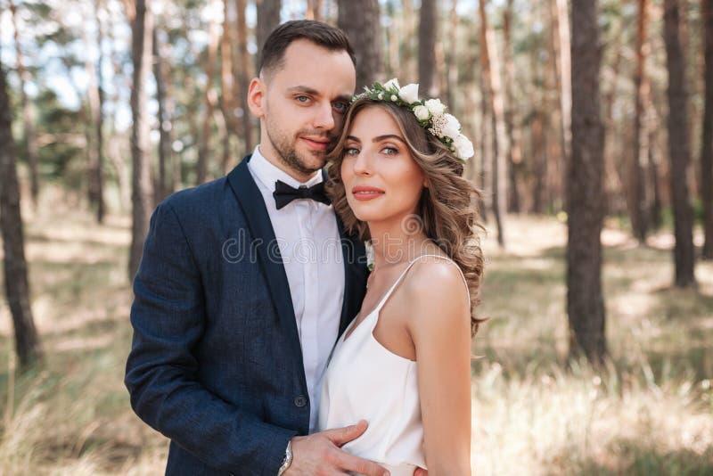Państwo Młodzi chodzi outdoors na lato naturze przy dniem ślubu Bridal para, Szczęśliwa nowożeńcy kobieta i mężczyzna obejmowanie obraz stock