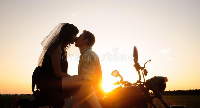 Państwo młodzi na motocyklu, fotografia stock