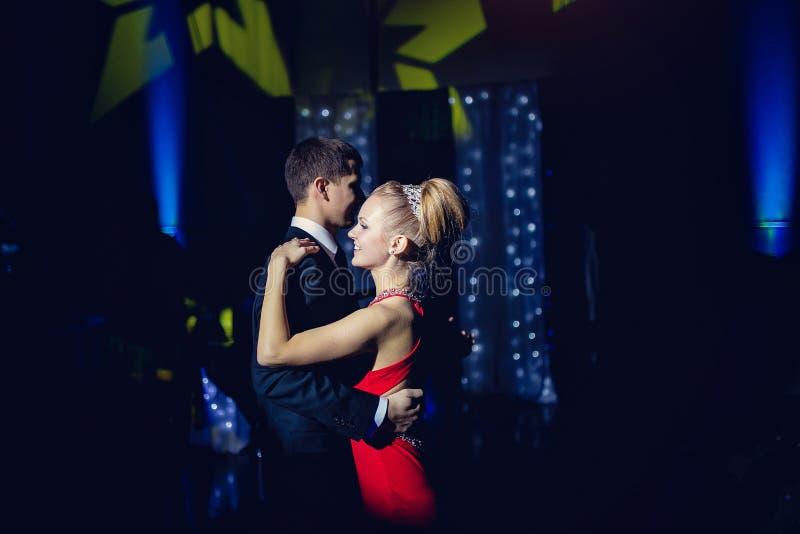 Państwo młodzi pary dancingowy tango zdjęcie royalty free