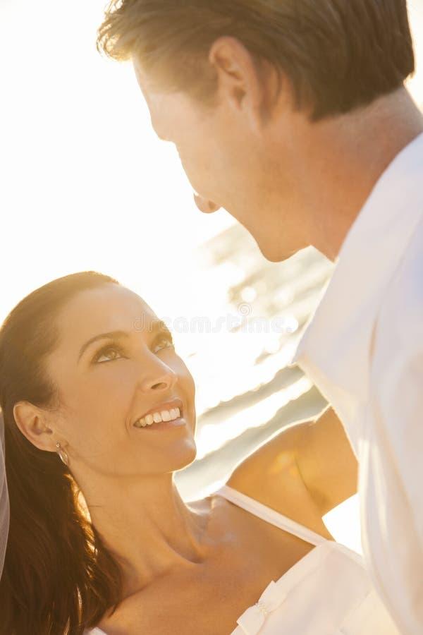 Państwo Młodzi pary małżeńskiej zmierzchu Plażowy ślub obrazy royalty free