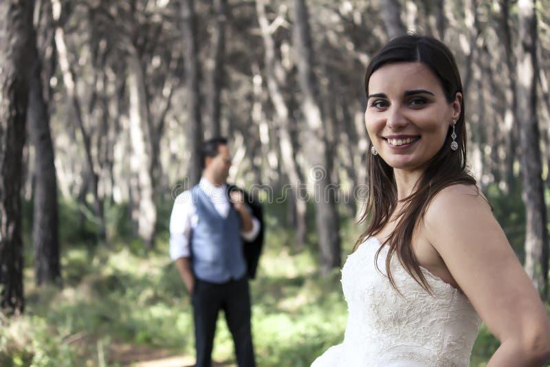 Państwo młodzi pozuje w drewnach zdjęcia royalty free