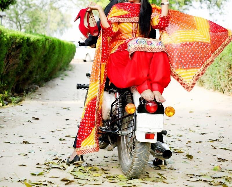 Państwo młodzi przejażdżka na chłodno rowerze obrazy royalty free