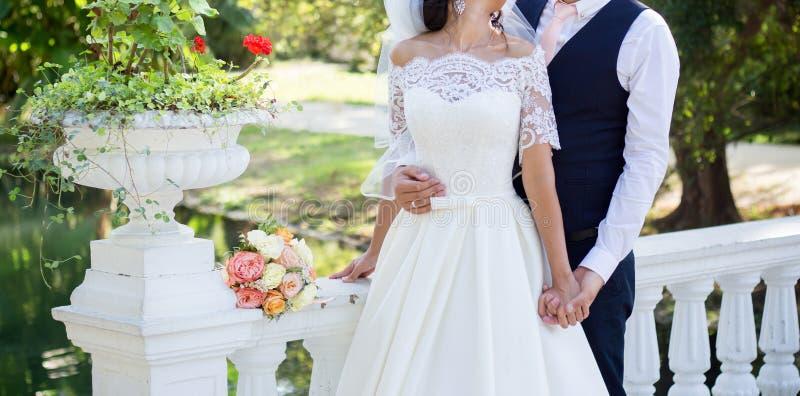 Państwo młodzi przy ślubu spacerem w parku obraz royalty free