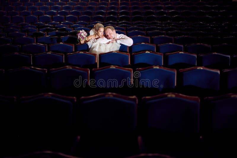 Państwo młodzi przy theatre zdjęcie royalty free
