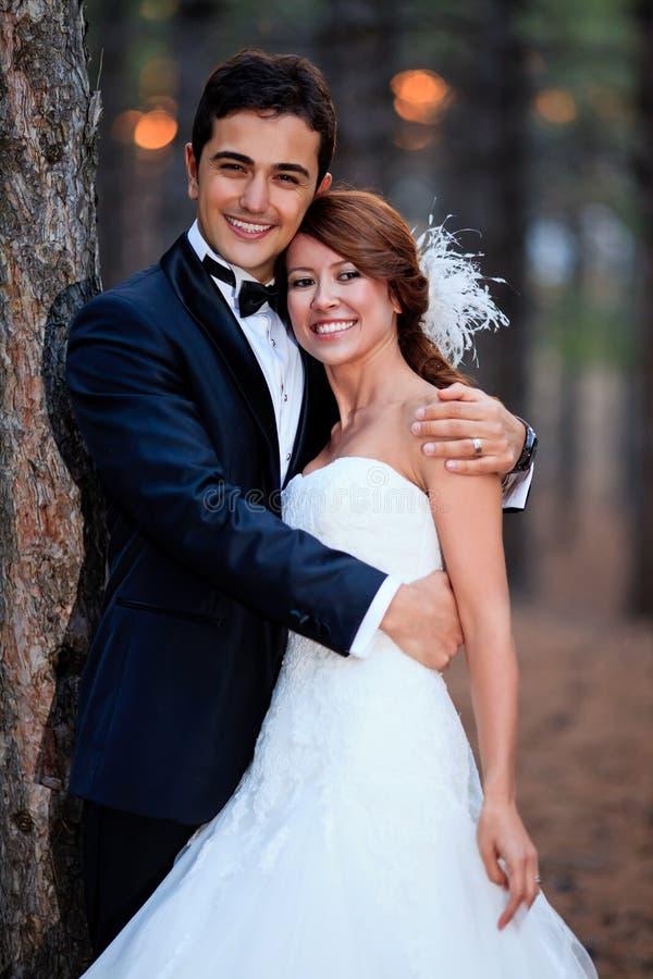 Państwo młodzi przygotowywający dla ślubu obraz royalty free