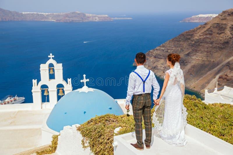 Państwo młodzi stojak obok morza zdjęcie royalty free