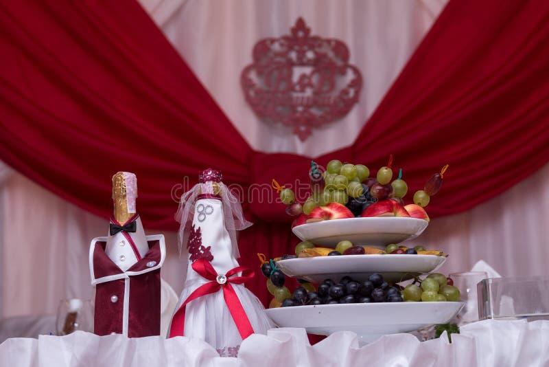 Państwo młodzi, szampan owoce Dekoracja na butelkach z szampanem przy ślubem zdjęcia stock