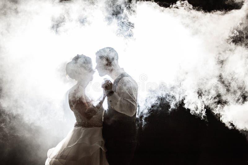 Państwo Młodzi w mgle przy nocą obraz stock