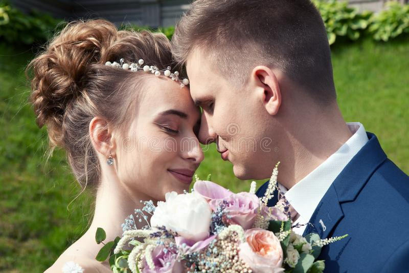 Państwo młodzi w parku Całujący para nowożeńcy państwa młodzi przy ślubem w natury zieleni lesie całuje fotografię zdjęcie royalty free