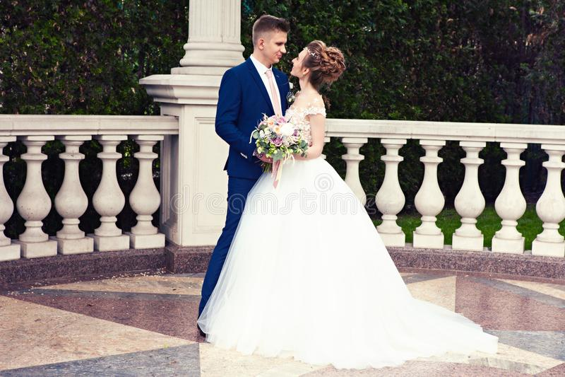 Państwo młodzi w parku Całujący para nowożeńcy państwa młodzi przy ślubem w natury zieleni lesie całuje fotografia portret W fotografia stock