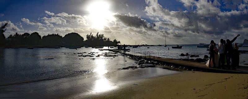 Państwo młodzi z ich rodziną na drewnianym molu właśnie obok nakrętki Malheureux w północy Mauritius, Afryka zdjęcia royalty free