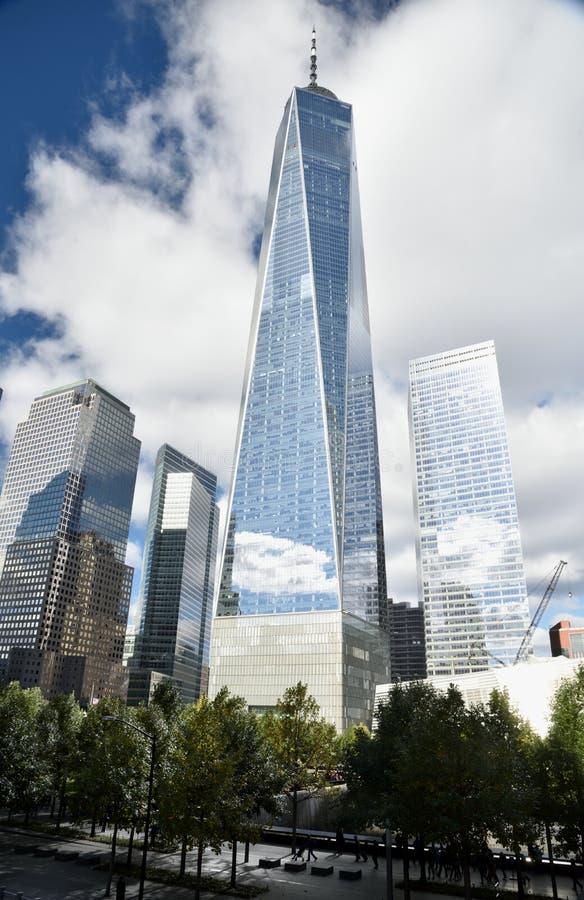 Październik 21, 2018, lower manhattan, Miasto Nowy Jork One World Trade Center Relects Bufiaste chmury Za 9/11 Memori W Obecnym K obrazy royalty free