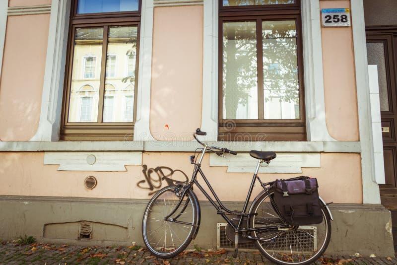 Październik 21, 2018 Miasto Krefeld Niemcy Miastowy jeden rower parkujący bez anyone na słonecznym dniu w spadku na Europejskiej  zdjęcia royalty free