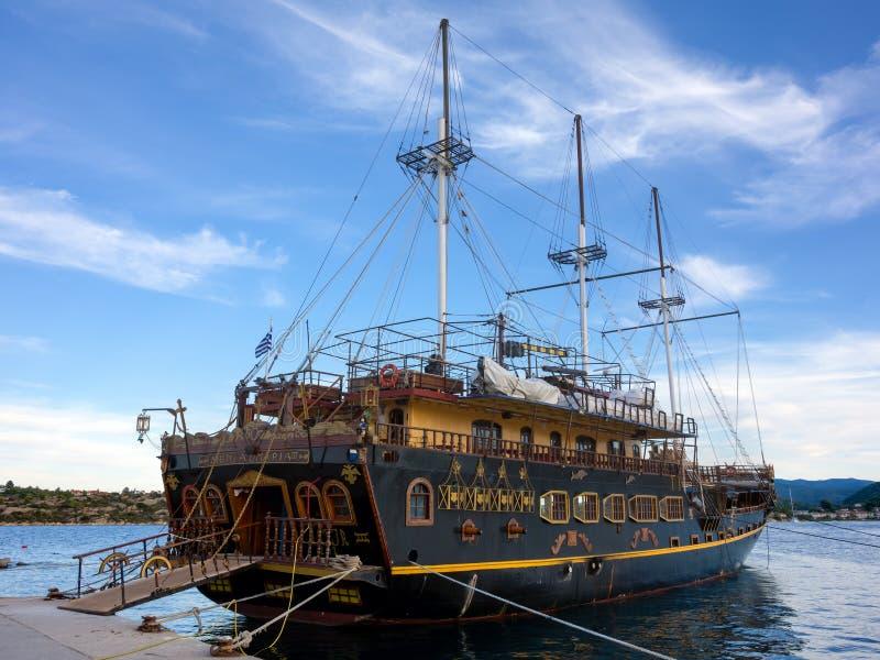 Październik 8th 2017 krajoznawcza łódź dla turystów w schronieniu Ormos Panagias, Sithonia, Grecja - Ormos Panagias, Sithonia, Gr obraz royalty free