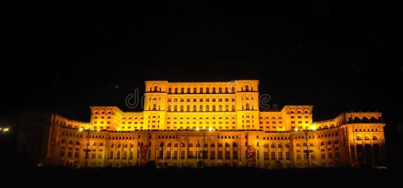Pa?ac parlament, Bucharest, Rumunia Noc widok od g??wnego placu obrazy royalty free