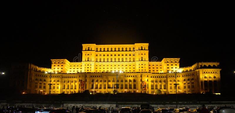 Pa?ac parlament, Bucharest, Rumunia Noc widok od g??wnego placu fotografia royalty free