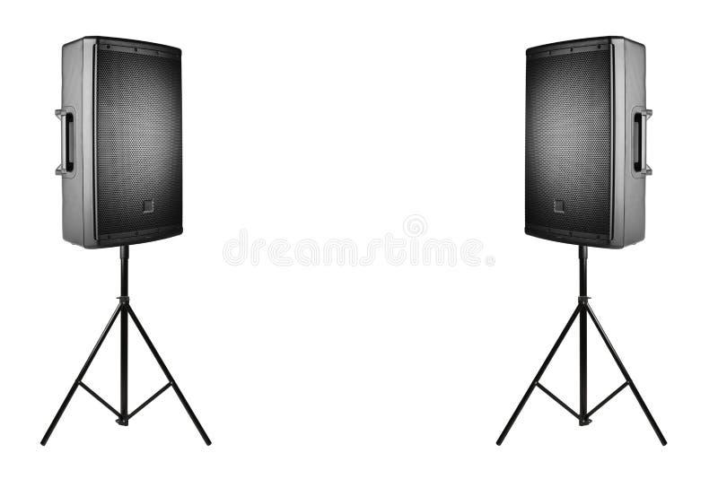 PA audio profissional dos oradores nos tripés no branco foto de stock royalty free