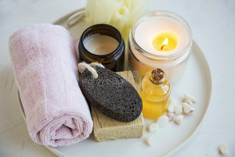 Pa en schoonheidsbehandelingsproducten met bemerkte kaars, olie, zeep, room en handdoek, wellness en kuuroordproducten royalty-vrije stock fotografie