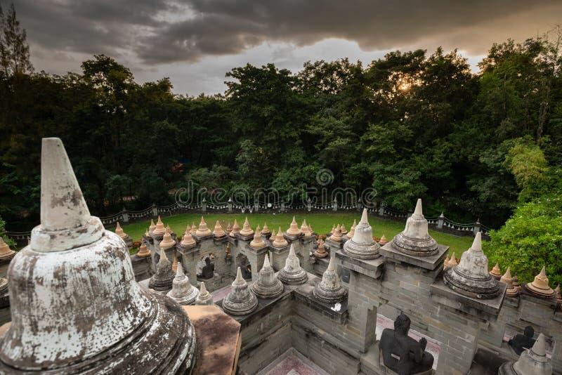 佛寺:泰国罗依寺八公庙砂石塔 免版税库存照片