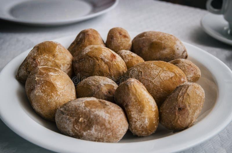 Pa'sarrugadas - de kleine Canarische aardappels met zout op een plaat sluiten omhoog royalty-vrije stock foto's