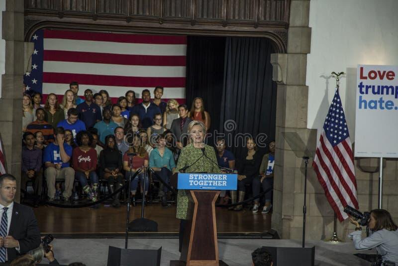 PA: Secretário Hillary Clinton Campaigns Rally em Philadelphfia imagem de stock