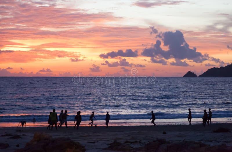 Pa Tong - APRIL 25: Thai de jongens speelt voetbal op het strand bij su stock foto's