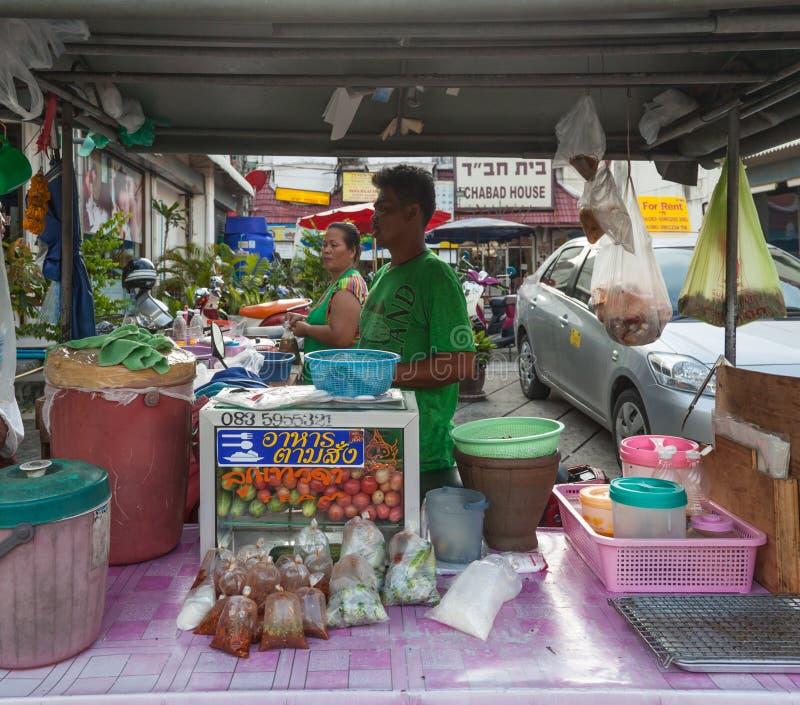 Pa Tong - KWIECIEŃ 25:  Sprzedawcy ulicznego jedzenie fotografia stock