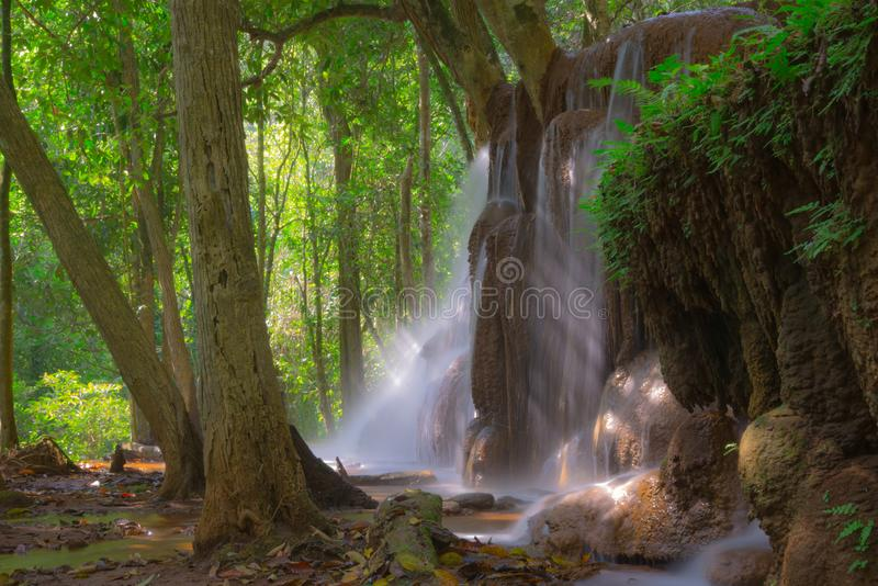 Pa Wai Waterfall in tropisch regenwoud, Khirirat, Phop Phra, Tak royalty-vrije stock afbeeldingen