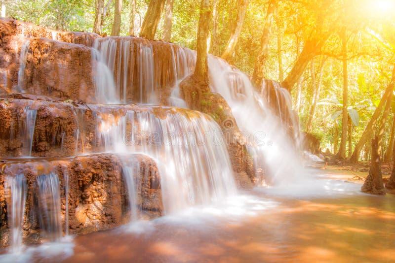 Pa Wai Waterfall in tropisch regenwoud, Khirirat, Phop Phra, Tak stock foto
