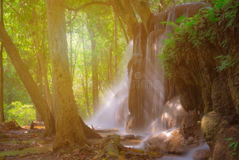 Pa Wai Waterfall in tropisch regenwoud, Khirirat, Phop Phra, Tak stock afbeeldingen