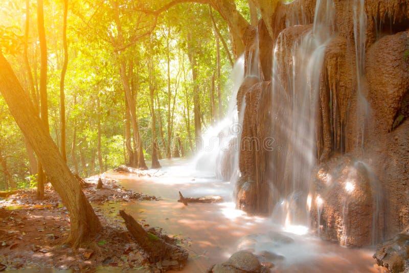 Pa Wai Waterfall in tropisch regenwoud, Khirirat, Phop Phra, Tak royalty-vrije stock foto's