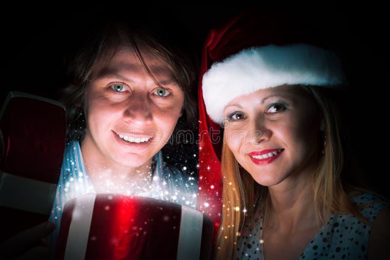 Paar öffnet einen Kasten Magie stockbild