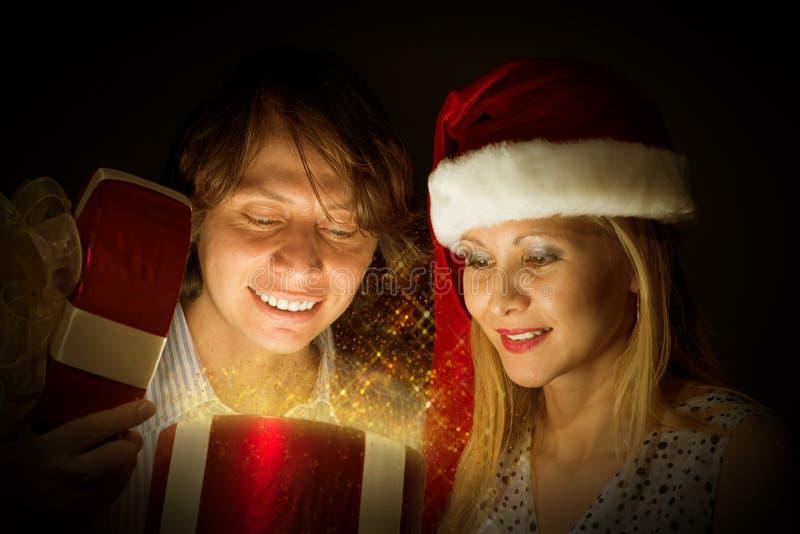 Paar öffnet einen Kasten Magie stockfotos