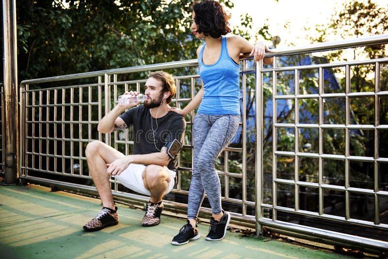 Paar-Übungs-rüttelndes laufendes Park-Konzept stockfoto