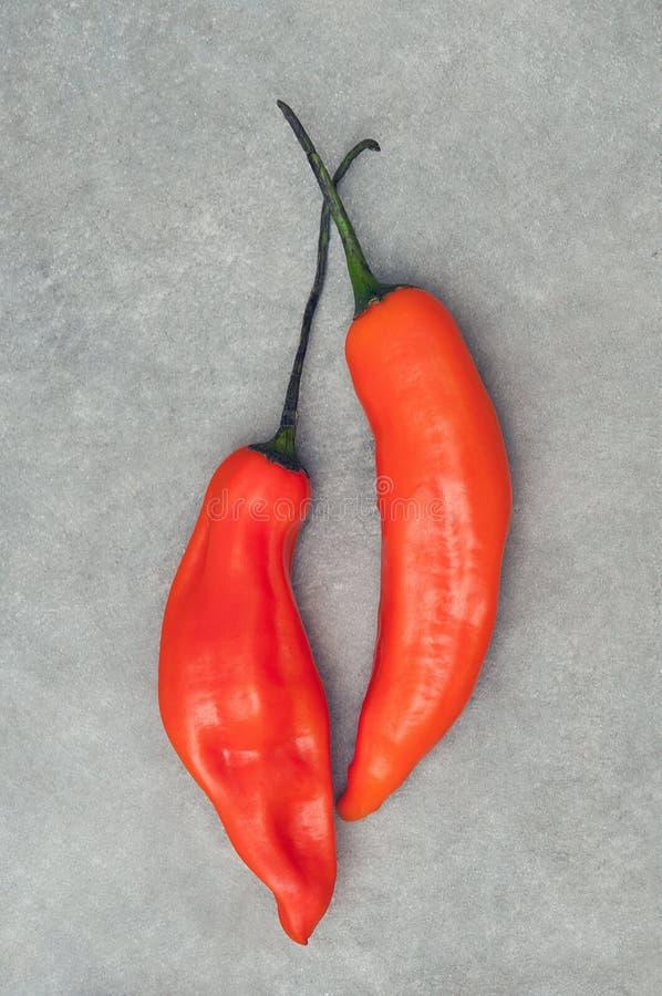 Paar aji Amarillo-scharfer Paprika pfeffert auf Steinhintergrund lizenzfreies stockfoto
