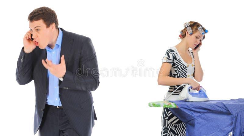 Paar argumentiert bei der Unterhaltung über dem Telefon lizenzfreies stockbild
