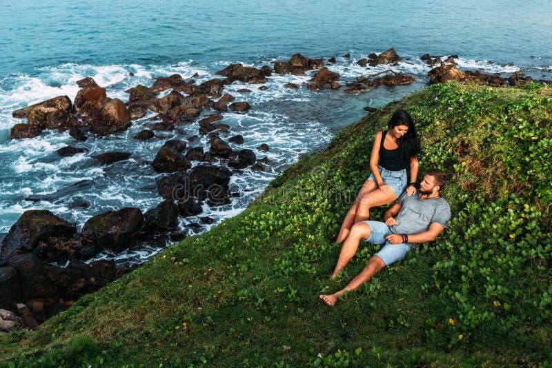 Paar auf dem Ufer des Meeres trifft die Dämmerung lizenzfreies stockfoto