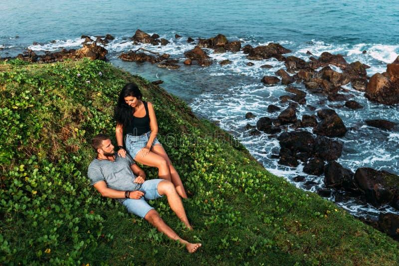 Paar auf dem Ufer des Meeres trifft die D?mmerung Mann und Frau auf den K?ste Liebhabern treffen den Sonnenaufgang in dem Meer Fl stockfotos