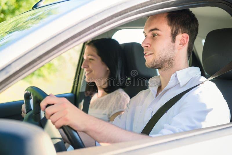 Paar in auto stock foto's