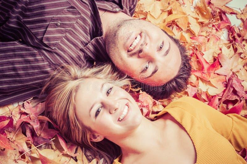 Paar in Autumn Leaves stock afbeeldingen