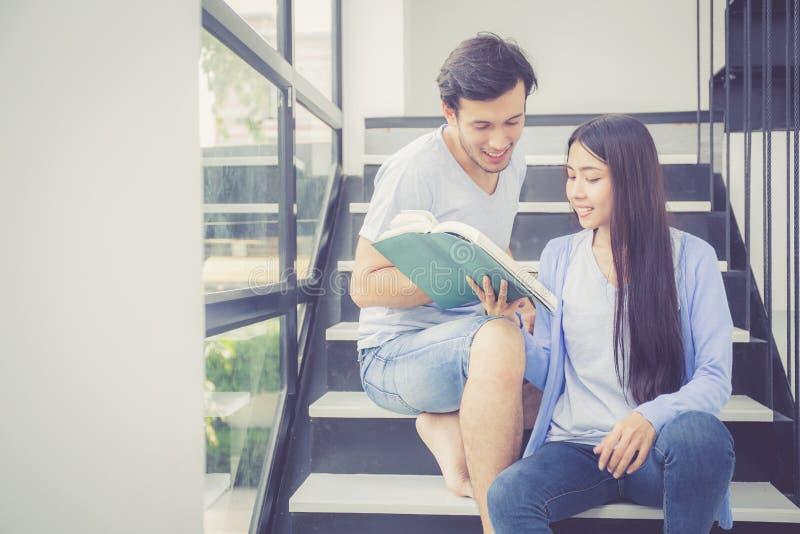 Download Paar Aziatische Knappe Man En Het Mooie Boek En De Glimlach Van De Vrouwenlezing Stock Afbeelding - Afbeelding bestaande uit binnen, pret: 107704367