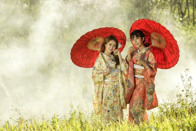 Paar Aziatische vrouwen die traditionele Japanse kimono dragen royalty-vrije stock foto