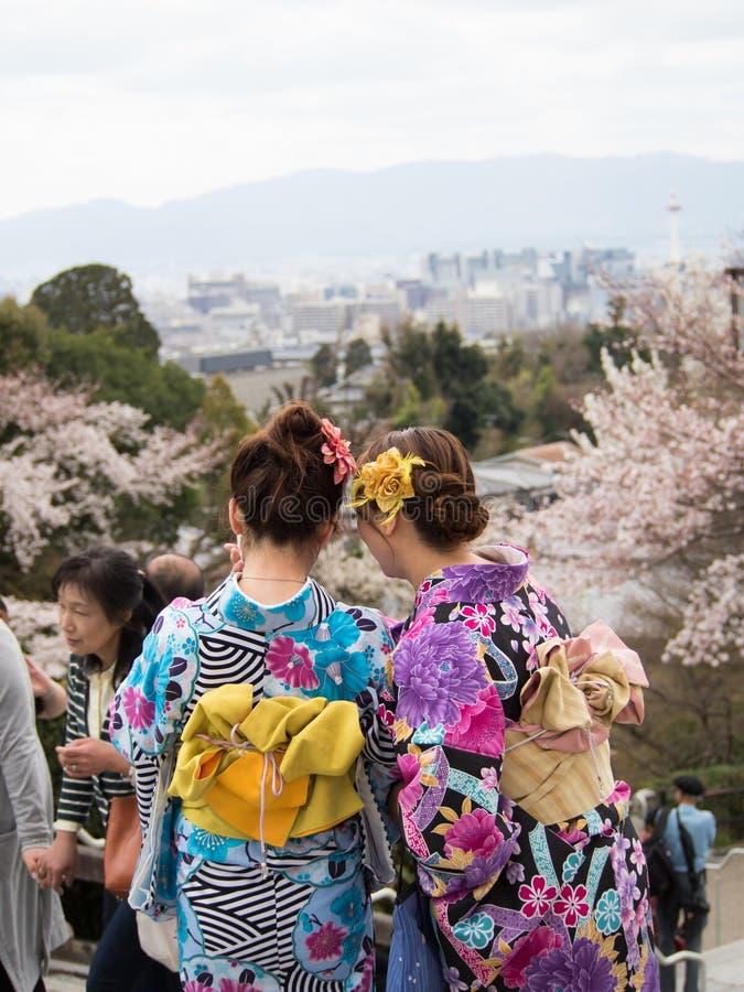 Paar Aziatische vrouwen die traditionele Japanse kimono dragen stock foto's